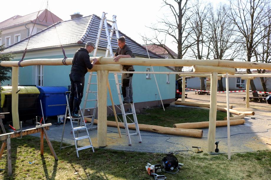 Schulhausmeister Marko Lehmann (links) und Stefan Müller setzen die Robinienstämme zur Dachkontruktion zusammen.