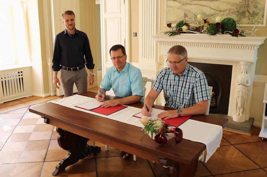 Bürgermeister Bengt Kanzler und stellvertretener Bürgermeister Sven Blümel im Beisein von Projektkoordinator Martin Mogel unterzeichnen Beitritt zur Lausitzrunde.