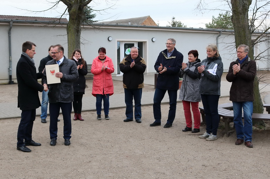 Jörg Vogelsänger, Minister für Ländliche Entwicklung, Umwelt und Landwirtschaft überreicht den Fördermittelbescheid an Bürgermeister Bengt Kanzler.