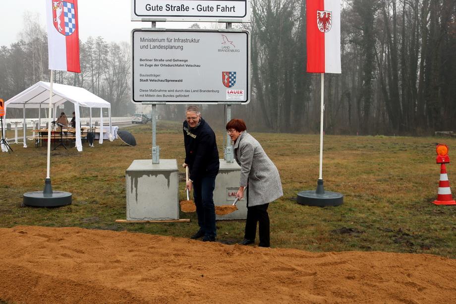 Ministerin Kathrin Schneider und Bauamtsleiter Sven Blümel setzen den ersten Spatenstich für den neuen Kreisverkehr.