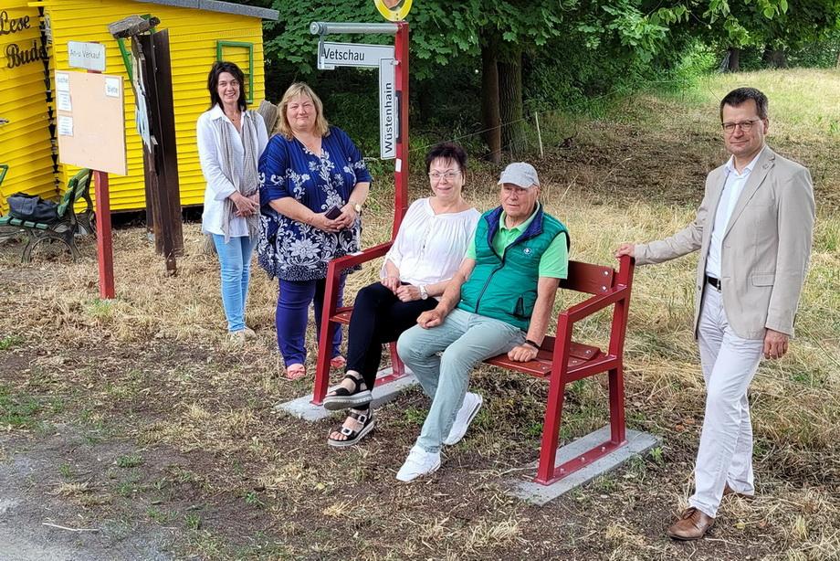 Martin Minde (Bild Mitte) hat die Idee der Mitfahrerbänke mit nach Vetschau gebraucht